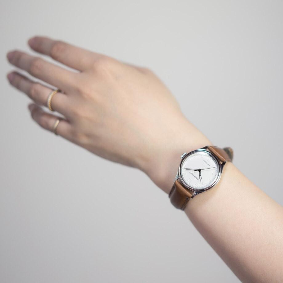 モデル装着イメージ「ライトブラウン」-2 - Nel(ネル): フランネルフラワーをモチーフにした機械式腕時計