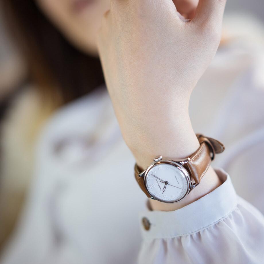 モデル装着イメージ「ライトブラウン」 - Nel(ネル): フランネルフラワーをモチーフにした機械式腕時計
