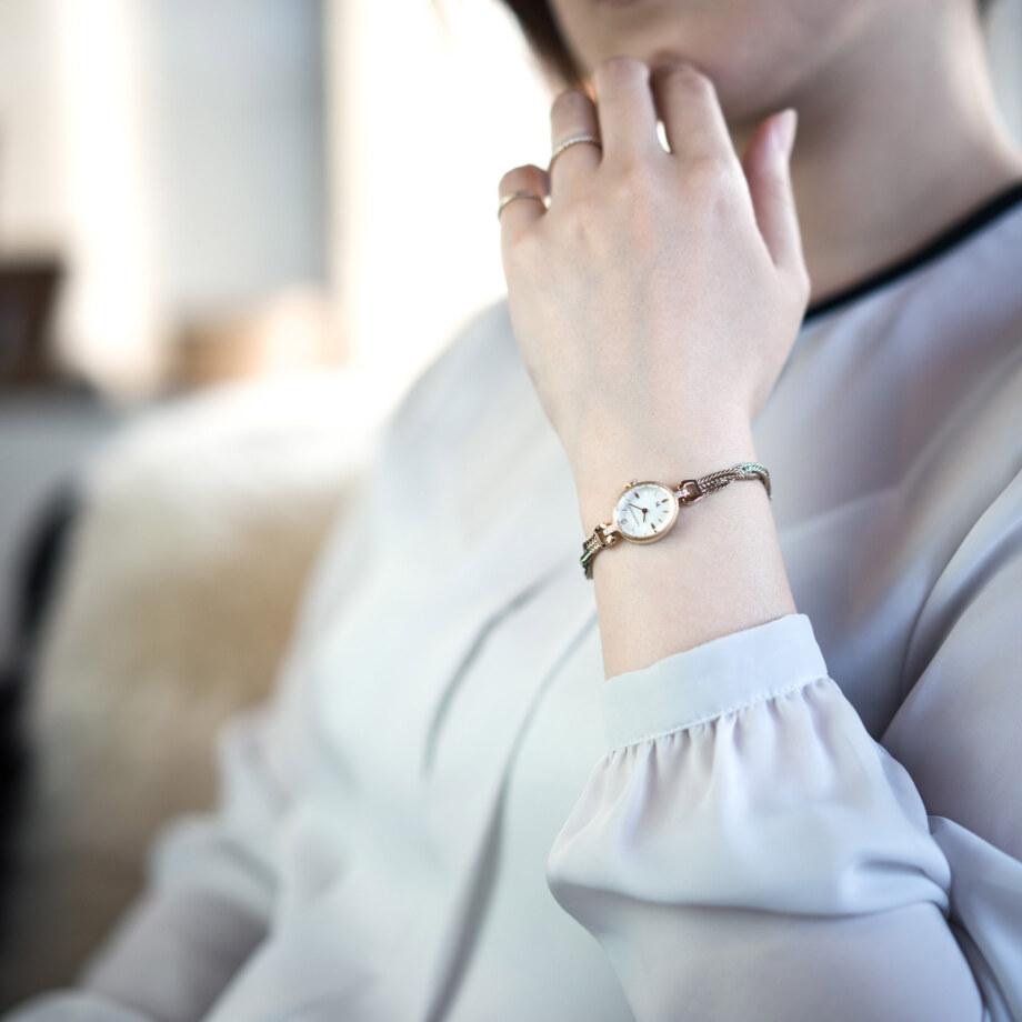 モデル着用イメージ-2 - Muguet(ミュゲ): すずらんをモチーフにしたブレスレット型腕時計