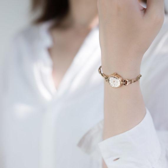 モデル着用イメージ-3 - Muguet(ミュゲ): すずらんをモチーフにしたブレスレット型腕時計