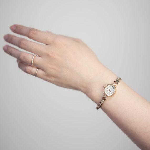 モデル着用イメージ - Muguet(ミュゲ): すずらんをモチーフにしたブレスレット型腕時計