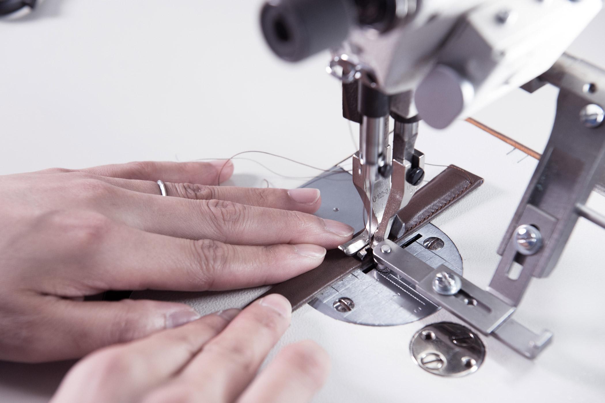 Nel(ネル)の本牛革バンドをミシンで縫う作業