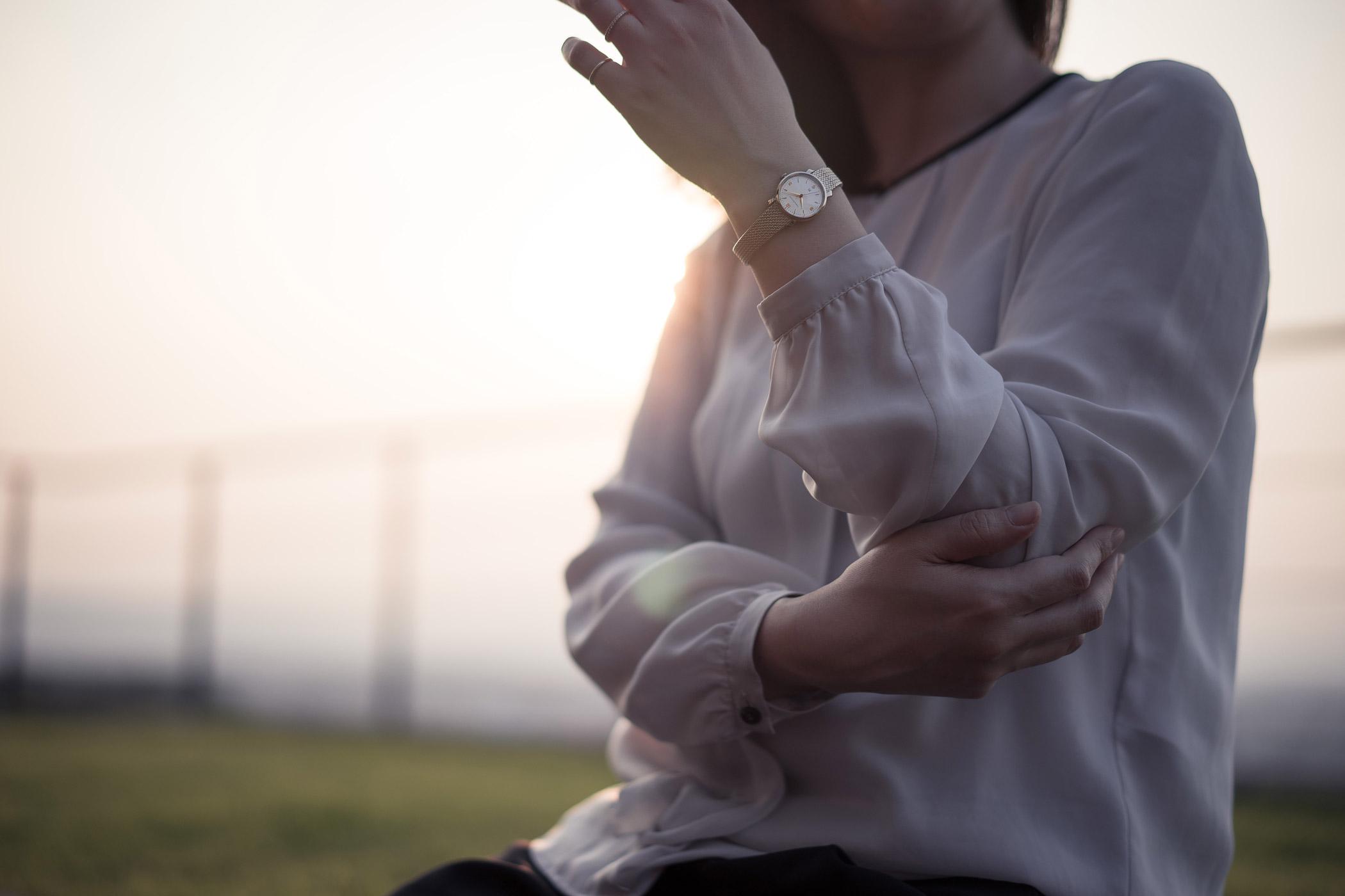 夕暮れ時の柔らかい光を背にし、Coquelicot(コクリコ)を着用する女性