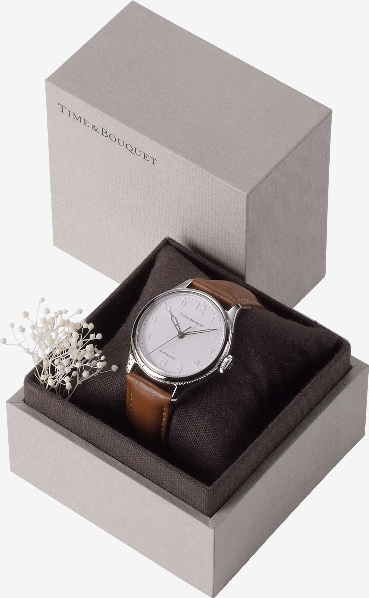 ハーフリネンの生地を内張りとクッションに使用した贅沢なギフトボックスに収納した腕時計ネル