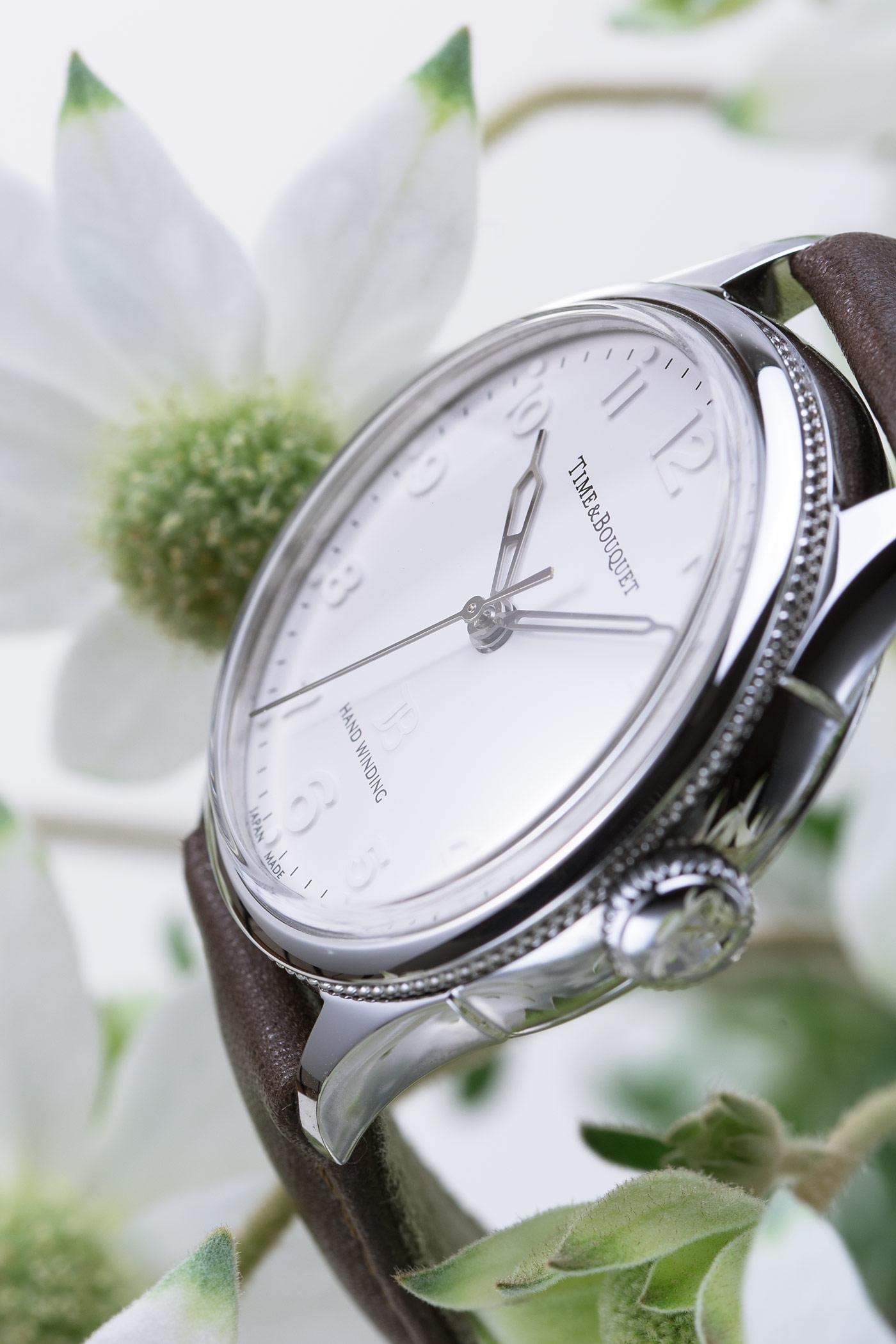 フランネルフラワーに囲まれる機械式手巻き腕時計Nel(ネル)