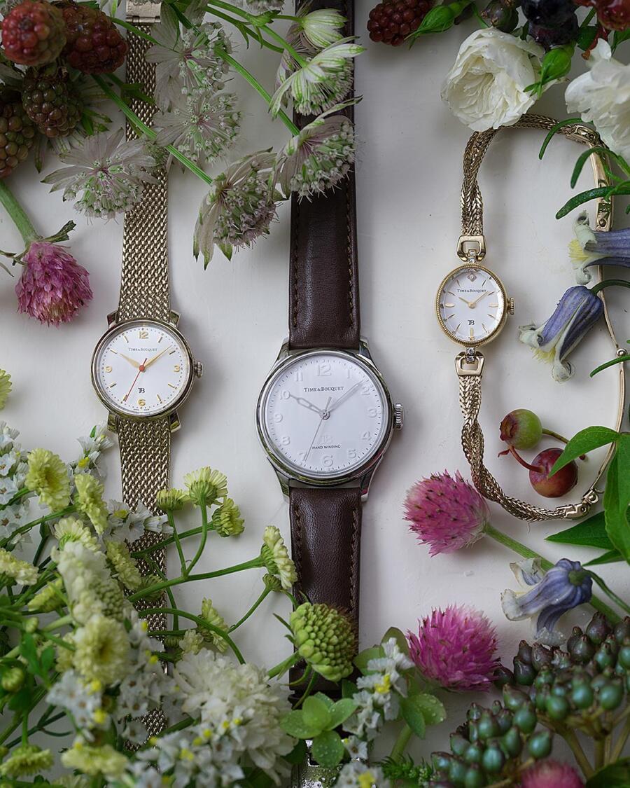 色取り取りの花に囲まれた3種類の腕時計-4
