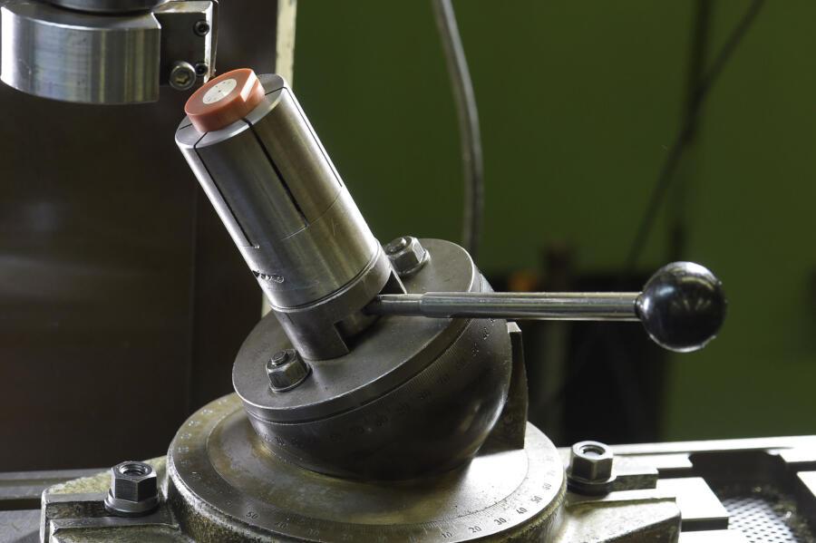 文字板を加工機械にセッティングした状態