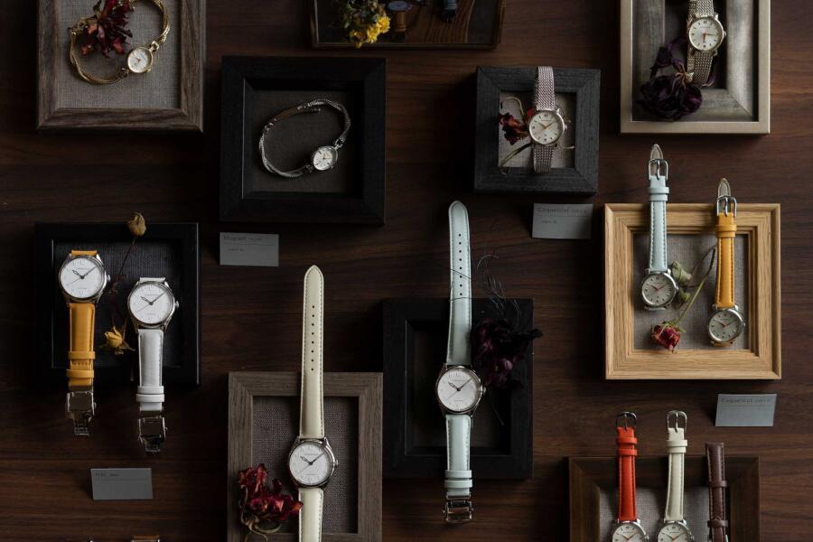小さな額で装われた腕時計が並ぶディスプレイ